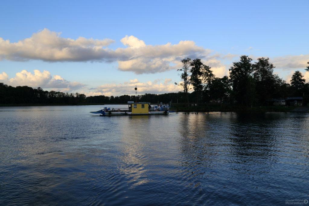 Mijamy prom łączący dwa brzegi jeziora, jesteśmy z powrotem na Bełdanach.