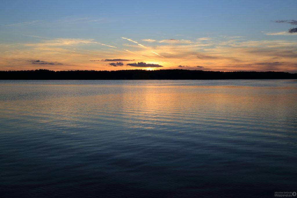 Słońce przebija się ostatnimi przebłyskami z poza krzywizny horyzontu...