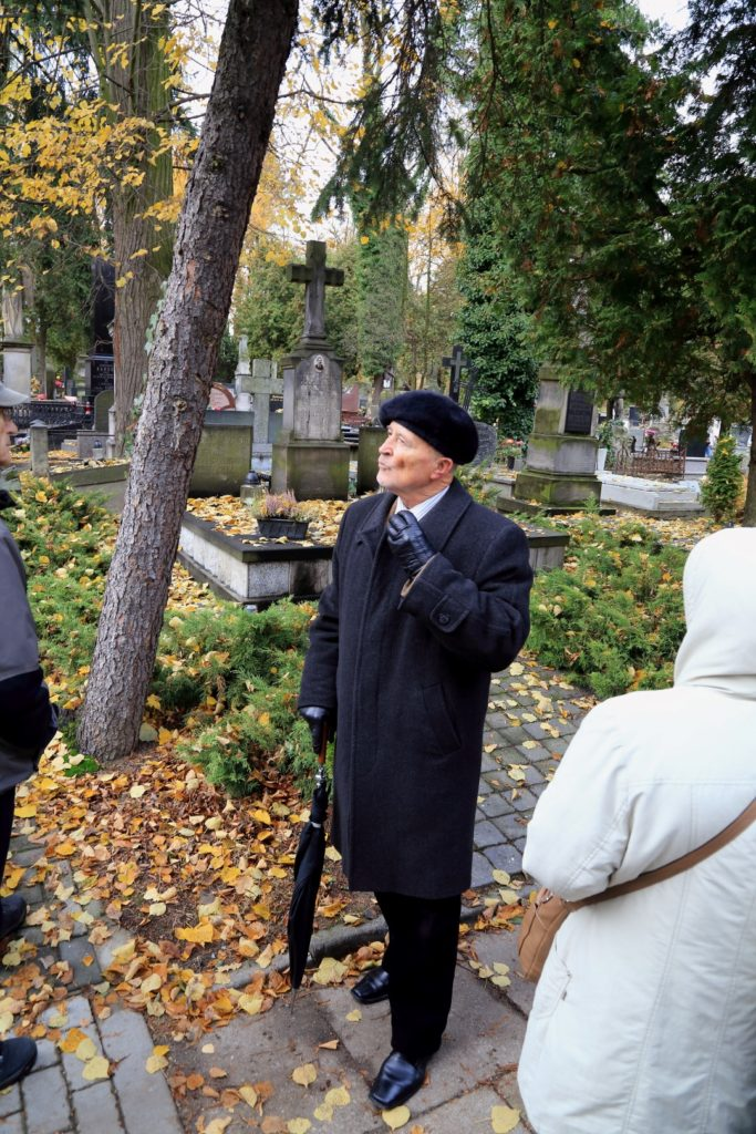 Po cmentarzu oprowadzał nas wiceprezes Towarzystwa Przyjaciół Piotrkowa pan Henryk Komar