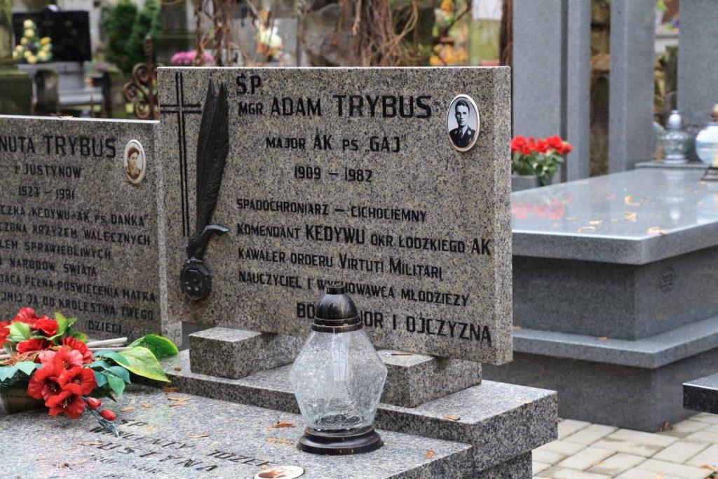 Warto wspomnieć o zmarłym w 1982 roku Adamie Trybusie - cichociemnym i dowódcą łódzkiego AK.