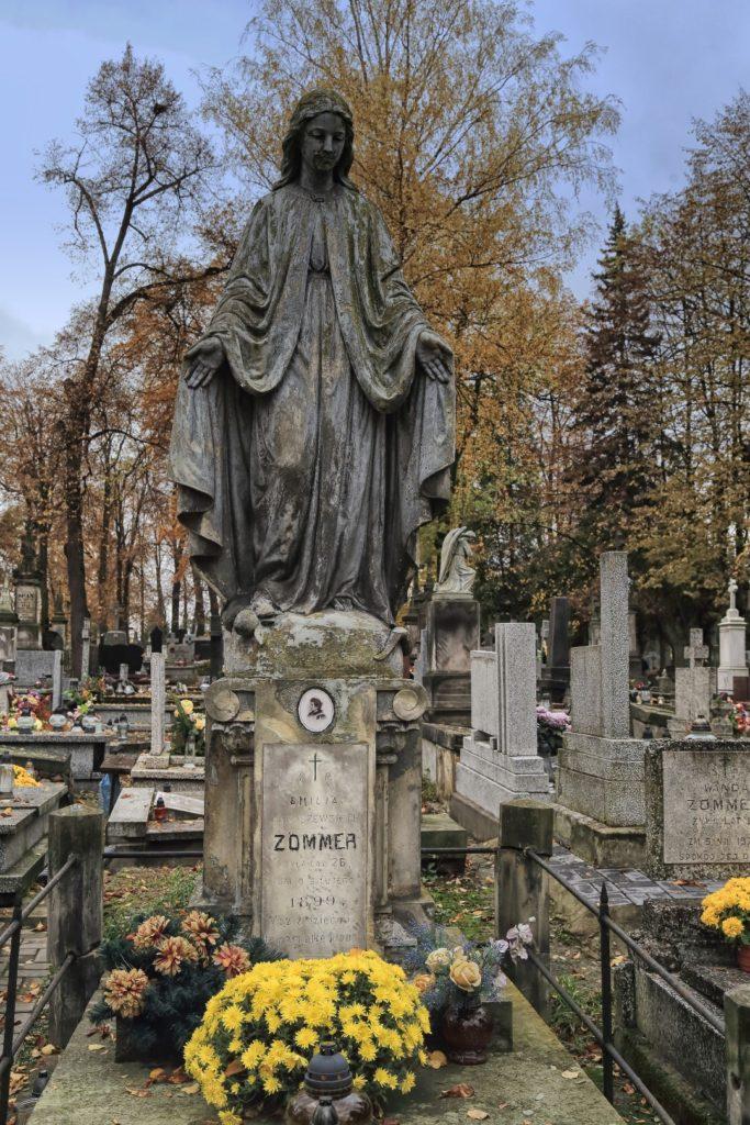 Różne są interpretacje tego pomnika. Dla jednych to Matka Boska, ale dla drugich to zwykła płaczka. Bo w tych czasach płacz, głośny żal, zarezerwowany był dla kobiet.