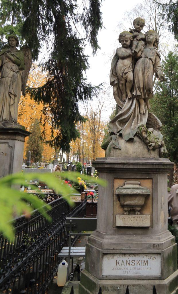 Uznany za najcenniejszy obiekt nekropolii nagrobek trojga dzieci Kańskich.