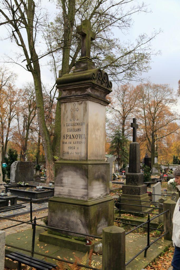 Nagrobek rodziny Spanów - właścicieli browaru i piotrkowskiego teatru, na scenach którego w swoim czasie występowała plejada znamienitych artystów.