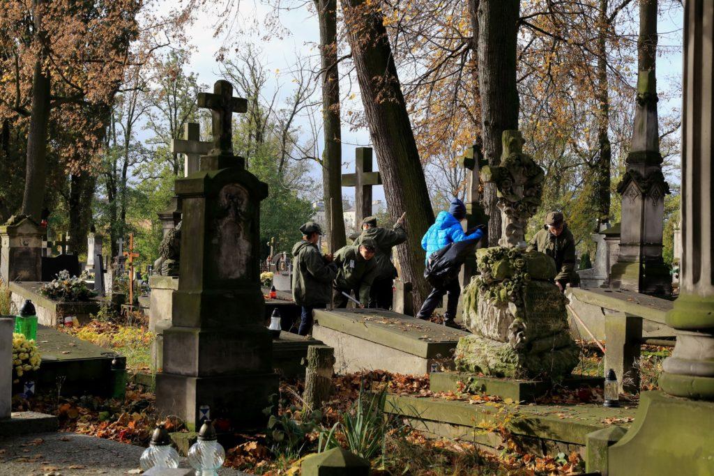 A harcerze robią porządek na cmentarzu. Brawo młodzieży.