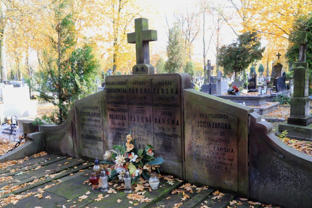 Pomnik zasłużonej dla Piotrkowa rodziny Żarskich.