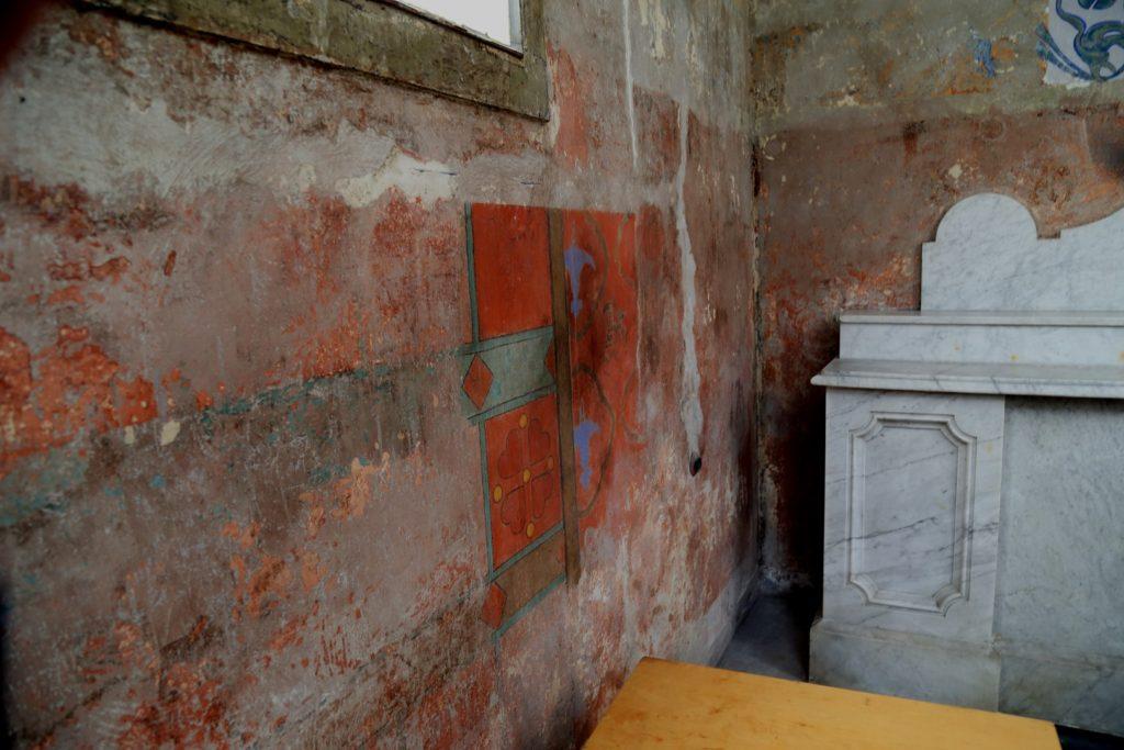 Na ścianach można jeszcze dostrzec elementy oryginalnej polichromii.