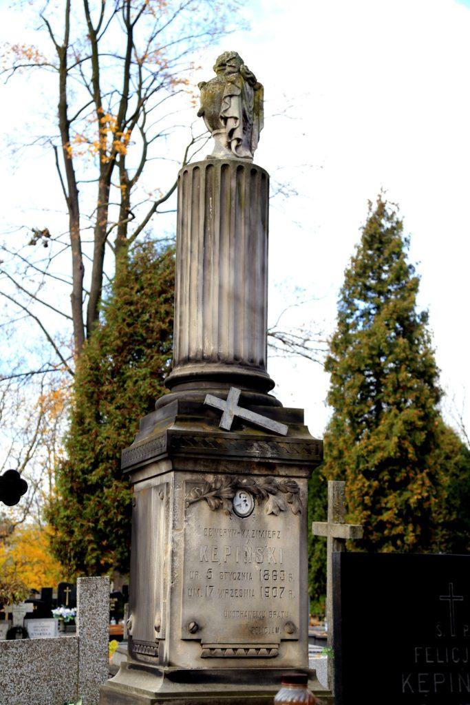 Taki obelisk oznaczał gwałtowną śmierć. Choć nie musiało to oznaczać jakiś wypadek. Zmarły odszedł dla jego bliskich za szybko.